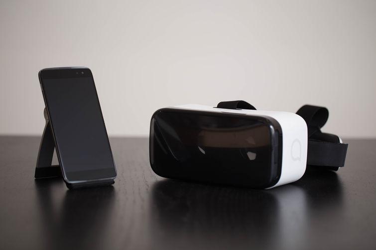Alcatel Idol 4 Pro potrebbe essere venduto anche con un visore VR in dotazione
